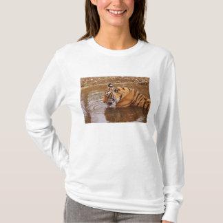 T-shirt L'eau drnking royale de tigre de Bengale dans la