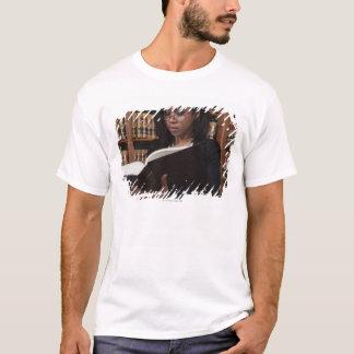 T-shirt Lecture de femme à la bibliothèque juridique
