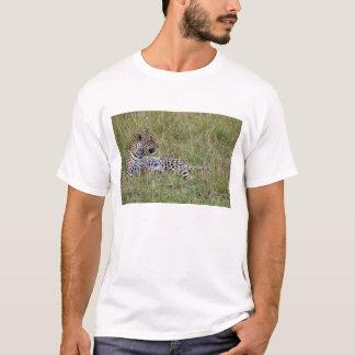 T-shirt Léopard (pardus de Panthera) se reposant dans