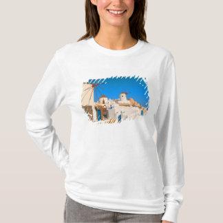 T-shirt Les bâtiments blancs et les moulins à vent sur