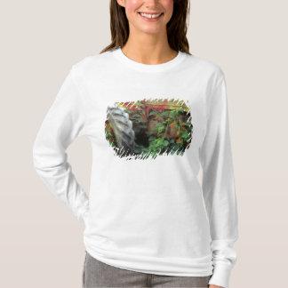T-shirt Les fleurs de ressort ornent un vieux tracteur
