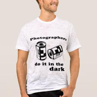 T-shirt les photographes le font dans l'obscurité