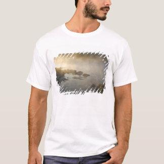 T-shirt Lever de soleil par le brouillard dans la baie