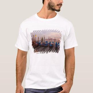 T-shirt L'Italie, Venise. Gondoles ancrées au crépuscule