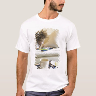 T-shirt Livre de lecture de garçon de métis sur le sofa