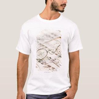 T-shirt Lunettes sur la musique de feuille