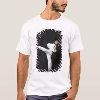 T-shirt Mi homme adulte exécutant le coup-de-pied latéral