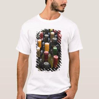 T-shirt montrez les bouteilles de vin des FO sur le