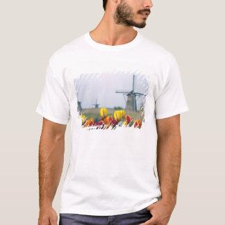 T-shirt Moulins à vent et tulipes le long du canal dedans