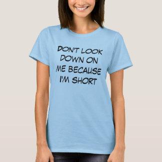 T-shirt Ne regardez pas vers le bas sur moi parce que je