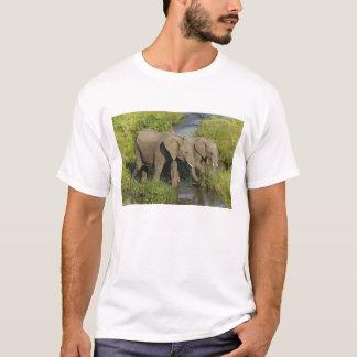 T-shirt Paires d'éléphants africains alimentant, masais