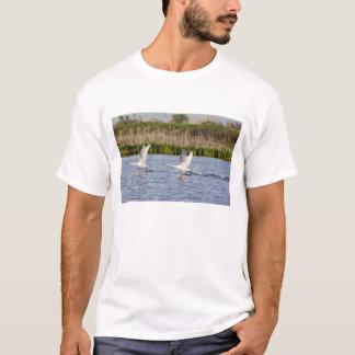 T-shirt Paires d'élevage de décollage de cygnes de toundra
