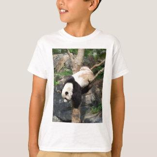T-shirt Panda géant grimpant vers le bas à l'arbre