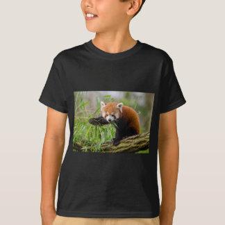 T-shirt Panda rouge mangeant la feuille verte
