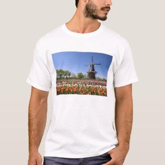 T-shirt Parc d'île de moulin à vent avec des tulipes en