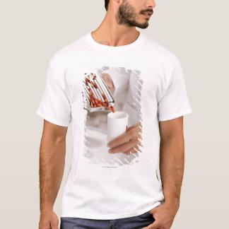 T-shirt Pharmacien dans les pilules de mesure de drugstore
