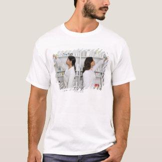 T-shirt Pharmaciens atteignant pour le médicament sur des