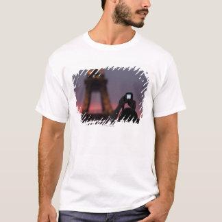 T-shirt Photographie de Tour Eiffel avec un smartphone