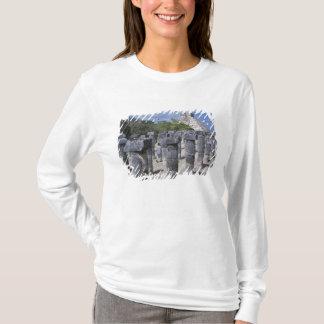 T-shirt Piliers en pierre antiques dans Chichen Itza.