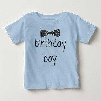T-shirt pimpant de garçon d'anniversaire avec la