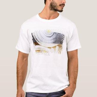 T-shirt plan rapproché d'un oignon, étant coupé en