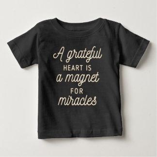 T-shirt Pour Bébé Aimant reconnaissant de coeur pour la chemise des