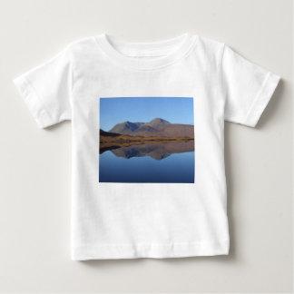 T-shirt Pour Bébé Bâti noir, les montagnes, Ecosse