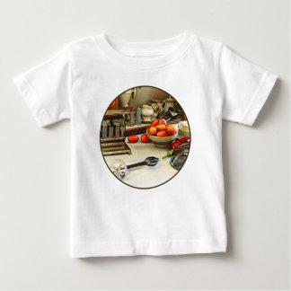 T-shirt Pour Bébé Bol de tomates sur le compteur