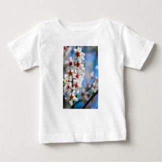 T-shirt Pour Bébé Branche d'arbre se développante avec les fleurs