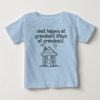 T-shirt Pour Bébé ce qui se produisent à la maison de la grand-maman
