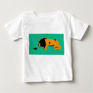 T-shirt Pour Bébé Chat contre le lion prêt à combattre ou prendre