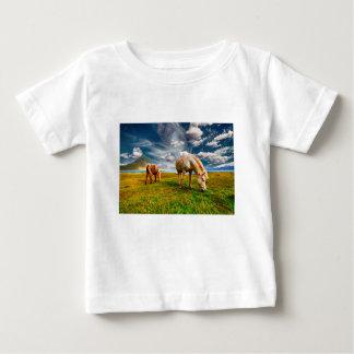 T-shirt Pour Bébé Chevaux sur un champ