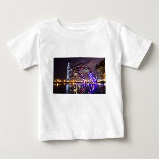 T-shirt Pour Bébé Dauphins sur le paysage urbain d'arrière - plan