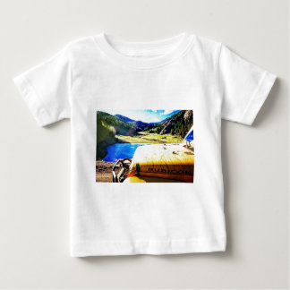 T-shirt Pour Bébé Dessus d'une jeep jaune avec des montagnes