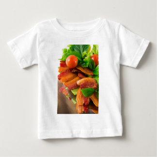 T-shirt Pour Bébé Détail d'un plat de lard et de tomate-cerise frits