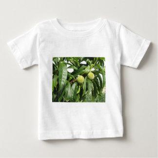 T-shirt Pour Bébé Deux pêches vertes non mûres accrochant sur un