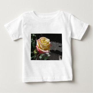 T-shirt Pour Bébé Fleur simple de rose jaune au printemps