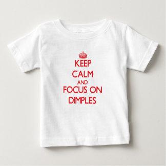 T-shirt Pour Bébé Gardez le calme et le foyer sur des fossettes