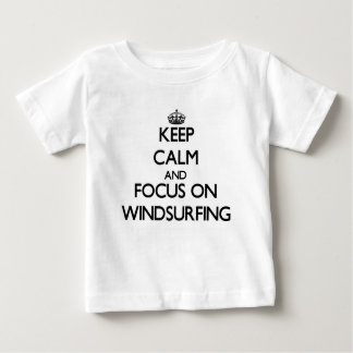 T-shirt Pour Bébé Gardez le calme et le foyer sur la planche à voile