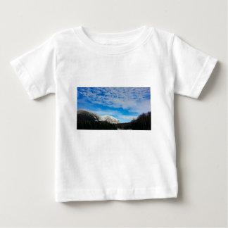 T-shirt Pour Bébé Grand ciel bleu de montagnes blanches