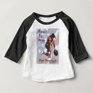 T-shirt Pour Bébé Joueur priant avant jeu