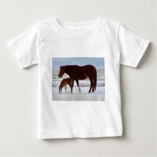 T-shirt Pour Bébé Jument sauvage avec le bébé dans le désert de