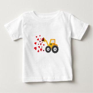T-shirt Pour Bébé Le cadeau de coeurs de tracteur de Saint-Valentin