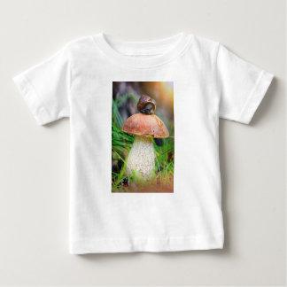 T-shirt Pour Bébé Leccinum sur l'herbe avec l'escargot