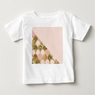 T-shirt Pour Bébé Les échelles roses de sirène d'or et rougissent