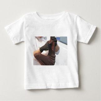 T-shirt Pour Bébé Les mains ont coupé une sculpture d'un chocolat
