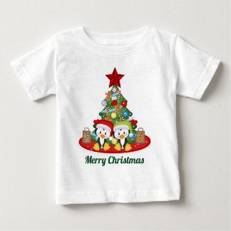 T-shirt Pour Bébé Les pingouins de vacances de Noël ajoutent le bébé