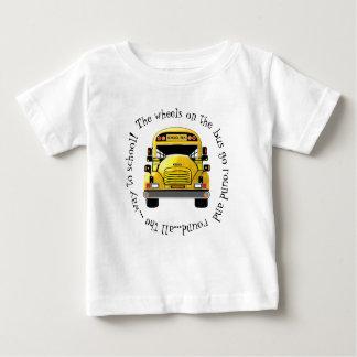 T-shirt Pour Bébé Les roues d'autobus scolaire vont autour de la