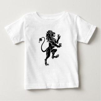 T-shirt Pour Bébé Lion tenant le manteau de crête des bras