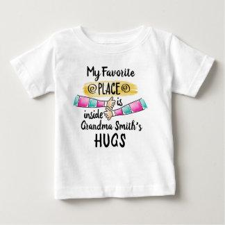T-shirt Pour Bébé Mon endroit préféré est l'étreinte de la